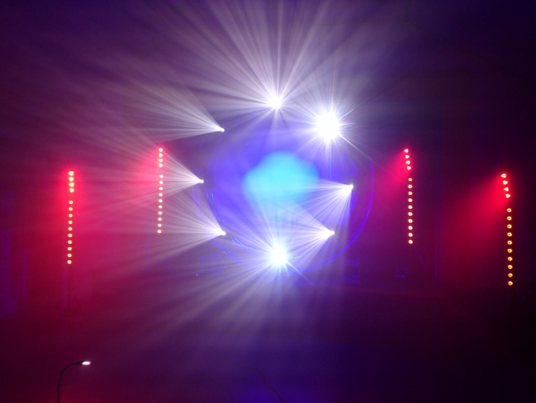 Bühnenaufbau mit professionaller Lichttechnik / Movinglights / Sunstrips / LED