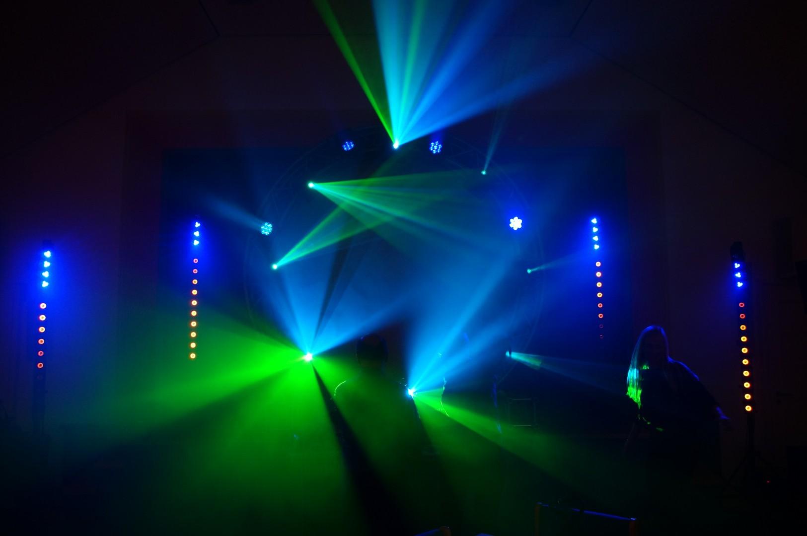 Bühnenaufbau mit professionaller Lichttechnik