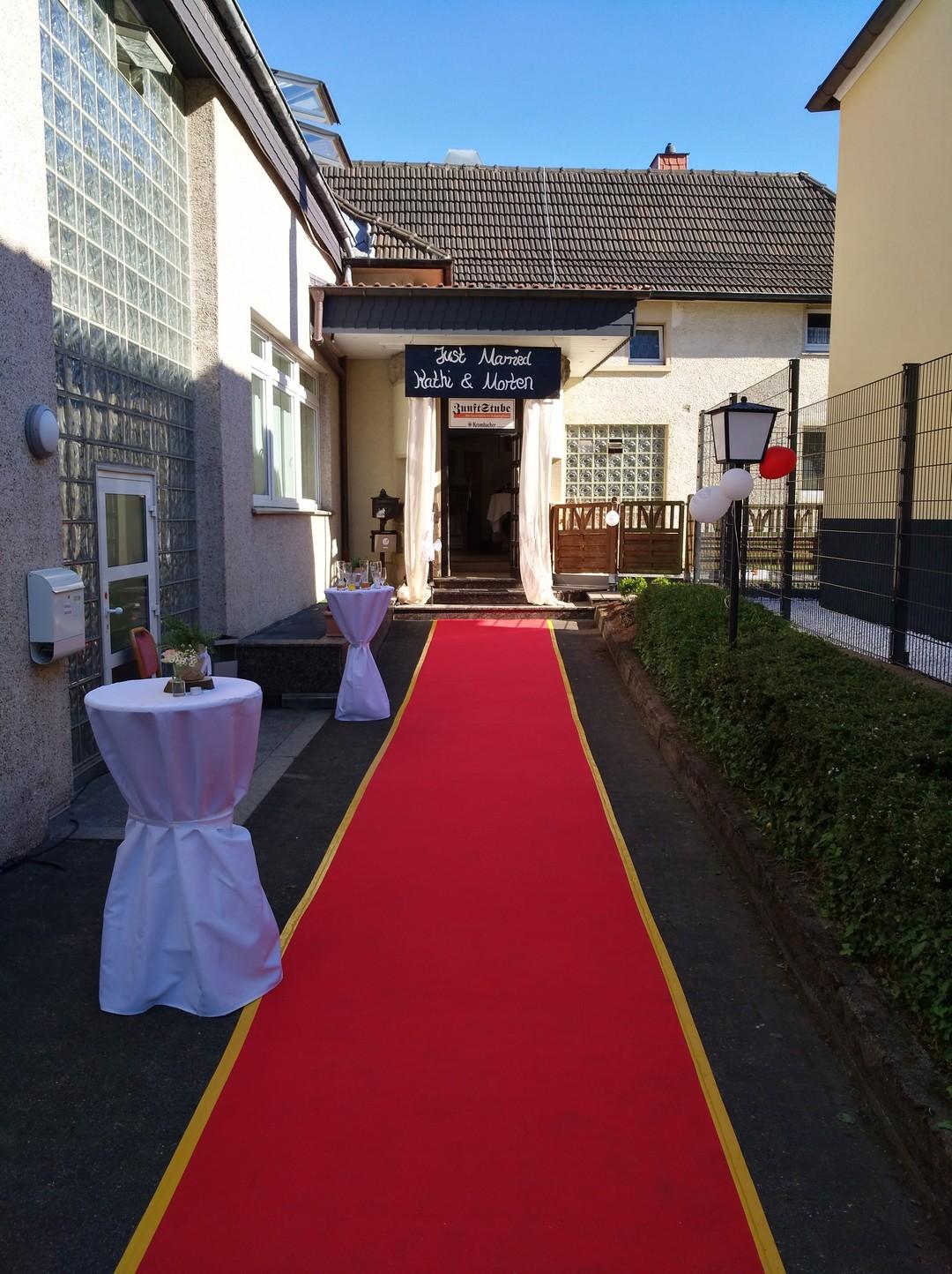Roter Teppich für das Brautpaar